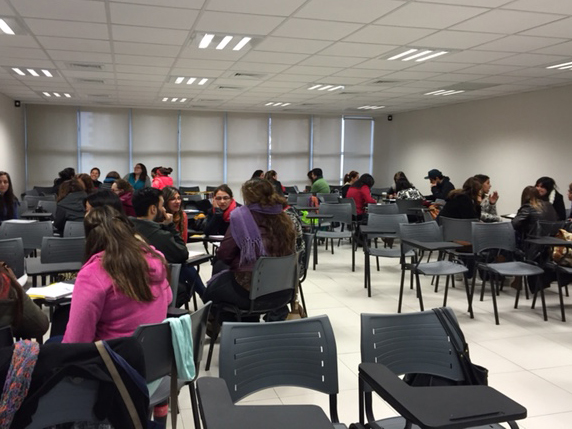 Experta internacional en lengua de señas ofrece taller especializado
