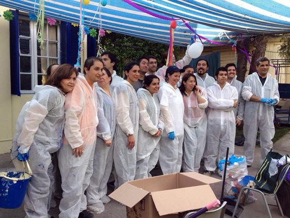Funcionarios de la Bolsa de Santiago pintan el exterior de la Escuela Especial de Corpaliv